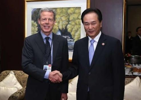 蔡名照会见美国时代华纳集团董事长兼CEO比克斯