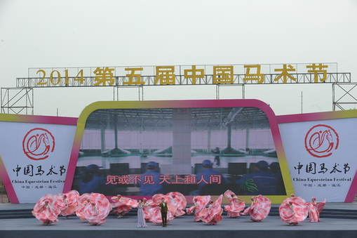 中国马术节开幕 百马竞逐金温江